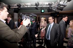 Даю интервью прессе.